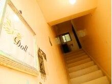 こちらの階段を上がってすぐ、サロンの入口となっています♪