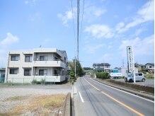 左:当店建物。右:道路挟んで向かい側が駐車場です☆