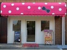 ピンクの水玉・リボンの看板が目印の路面店です♪