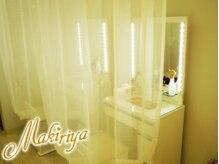 マキリヤ 原宿店(Makiriya)の雰囲気(化粧水やコスメ、ヘアアイロン等が完備の女優ミラードレッサー。)