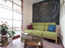 緑色のソファとアジアン雑貨でまとめられた、開放感のある店内。