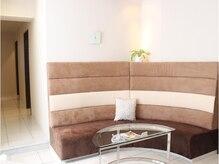 パールアンドシェル(Pearl & Shell)の雰囲気(待合室も広々ソファで、ゆったりお待ちいただけます♪)