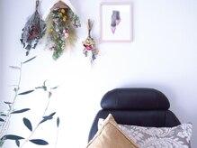 店内は清潔感のあるカジュアルスタイルで落ち着いた個室サロン