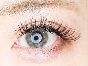 イーエヌトリップ(en.trip)の写真/極細毛を束にして装着することで自まつげの負担を抑え、しっかりボリュームアップ◎印象的な濃密eyeに♪