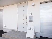 シル アンベリー(cil Embelli)の雰囲気(シンプルな白い建物に看板が目印です☆)