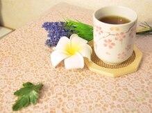施術後にお茶を飲む