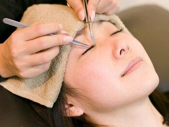 ヘアサロンアペルトウィズラッシュデザイン(Hair Salon APERTO with LashDesign)の写真/目の形やまつ毛の生え方をしっかり確認。理想の目へ近づける!今日からあなたも魅力的な目元に♪