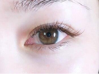 ネイルアンドアイラッシュサロン ハーブス(HERBS)の写真/《人目が気にならない完全マンツ-マン施術》オールブラウンエクステで肌なじみ・優しい目元の印象に♪