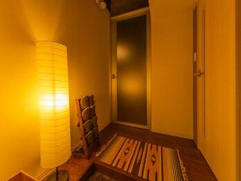 和耳(なごみ)/暖かい間接照明の灯る玄関