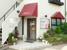 エステサロン アンジェラ(Angela)の雰囲気(白と赤がメインの塗装になっていて可愛らしい雰囲気の一軒家です)