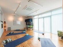 ヨガアンドボディケア スタジオ サリュ(Yoga&BodyCare Studio Salut!)の雰囲気(広い綺麗なスタジオで、心も身体もリフレッシュ☆)