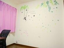 落ち着いた空間のプライベートサロン☆可愛く飾られた壁も◎