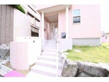 入口はこちら★ピンクのおうちと芝生がかわいい♪