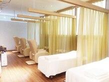 ラフィネ 若葉ケヤキモール店の雰囲気(仕切りのカーテンを開ければ、ペアでの施術も受けられます♪)