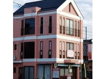 ウェルネスカラー アンド ミミ(Wellness calla & Mimi)の雰囲気(3階建てのピンクの建物が目印♪)