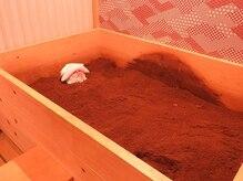酵素浴 春のさとの雰囲気(ヒノキ酵素桶です。お二人ご一緒に入れるお部屋もあります。)