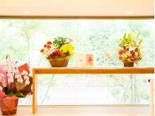 ネイルアンドジュエリーラズリ(Nail&Jewelry RAZULI)の雰囲気(大きな窓からは自然を感じられる緑が…♪)