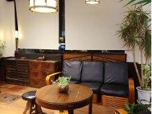 レトロアンティーク家具も素敵なサロンの雰囲気を作っています☆