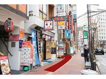 左手に第一鳥駒ビル(一階に若貴寿司様)があります。こちらのビルの5階になります。