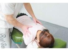 TOKYO腰痛肩こりケアセンターの雰囲気(腹臥位での肋骨、背骨の調整)