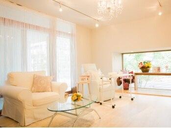ネイルアンドジュエリーラズリ(Nail&Jewelry RAZULI)の写真/ちょっぴり贅沢な、でも落ち着ける空間…ソファでゆったりとくつろぎながらネイルをお楽しみください。
