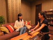 タイ古式リラクゼーション チャントンの雰囲気(ソファでゆっくりとお寛ぎ下さい。)