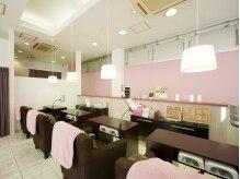 白とピンクの店内、天井も高く解放感いっぱいです