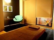 ラ・ヒール 天神店(La Heal)の雰囲気(クールにまとめたお部屋は青い椅子が特徴的。男性に人気です)