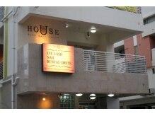 サロン外観☆「HOUSE」の文字と看板が目印!