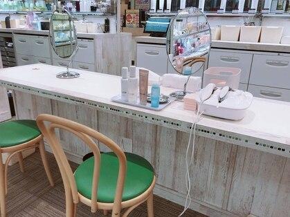 古賀薬局 サンリブ 化粧品コーナー スキンケアブースの写真