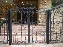 ラグジュアリーなマンション。入り口の大きな門が目印☆