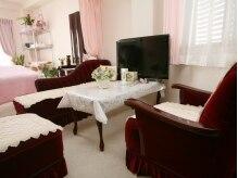 癒し空間 オアシス奈良(Oasis Nara)の雰囲気(赤いソファがエレガントなカウンセリングルーム)