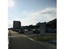 国際ビル産業さん隣りの契約駐車場'ブレス'にお止めください