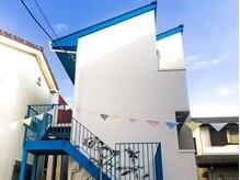 マニャーナ(Manana)の雰囲気(外観は青い屋根が目印♪4棟ある中の【MILOS】です!)