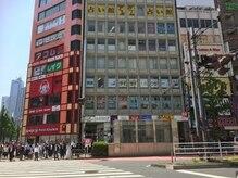 リラコラO2の雰囲気(新宿南口ルミネ1 前の大型ビルです。)