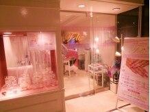 【店内】白とピンクを基調とした可愛い店内♪