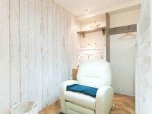 アイラッシュトウキョウドットライズ エキニア横浜店(TOKYO.RISE)の雰囲気(個室完備★ふかふかソファでゆったりと施術できます)