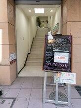リフラック 町田店/階段で2Fまでお上がり下さい