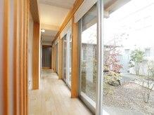 開放的な内観の自宅サロン