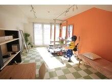 ニシノ スタイル カイロアンドパーソナルトレーニング(NISHINO STYLE)の雰囲気(オレンジ基調で元気が出る雰囲気のサロン♪日当たり良好◎)