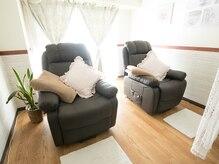 寝心地ふかふかリクライニングソファーでゆったり施術♪