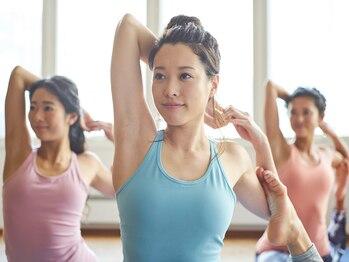 ホットヨガスタジオ ラバ アクロスプラザ古島駅前店(LAVA)の写真/ヨガポーズで肩甲骨周りを動かすことで血行を促進!ポーズと呼吸を通じて血行を促進し、肩の強張りを改善。