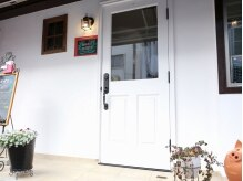 マノ マノ(mano mano)の雰囲気(真っ白な扉とレトロなランプの優しい光がお出迎え…♪)