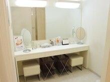ジュリア オージェ 塚口店の雰囲気(メイクルームの鏡は広くとても清潔。体験後はゆっくりメイクを♪)