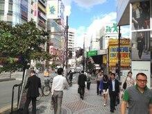 右手にユニクロ、左手に小田急ハルクの通りを直進します。