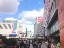 新宿駅西口を出て右手に直進します。