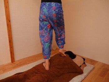 ココロン(Kokoron)の写真/ガツンとほぐしてスッキリ軽い!足踏みで深いコリに効かせます。しっかり圧されて体も気分も爽快です!