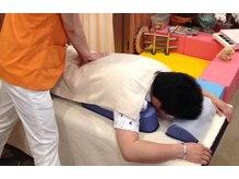 腰痛の施術の様子