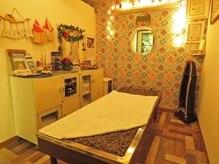 温石ベッドを使用して施術する個室マッサージ部屋! 新宿御苑