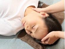 シロイロ(shiroiro)の雰囲気(施術の様子:首凝り、肩凝りも優しい手技でほぐします)
